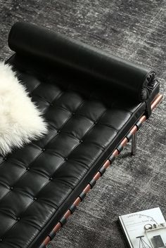 With deep tufts and a cylindrical cushion to support your head, the Barcelona Daybed is an absolute delight to own! #interiordesign #midcentury #homedecor #barcelonadaybed #ludwigmiesvanderrohe