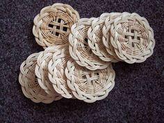 Podložka z pedigu - Ruční práce - celý návod - MojeDílo. Newspaper Basket, Newspaper Crafts, Willow Weaving, Basket Weaving, Baskets On Wall, Wicker Baskets, Recycled Paper Crafts, Weaving For Kids, Hobby Shops Near Me