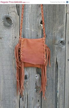 Really awesome leather handmade purse. I wish I knew how to make this!