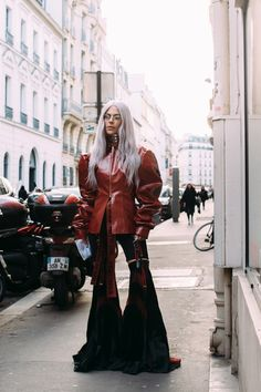 Bell Bottom Babe - Flawless Street Style Snaps From Paris Fashion Week, Fall 2018 - Photos Cool Street Fashion, Street Chic, Look Fashion, Paris Fashion, Autumn Fashion, Fashion Rocks, French Fashion, Street Style Trends, Autumn Street Style