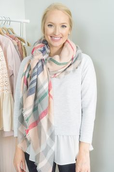 Looking for new ideas on how to wear a blanket scarf? I'm sharing 15 ways to tie a blanket scarf. Become an expert at styling a blanket scarf. Scarf Tying Blanket, How To Wear A Blanket Scarf, Scarf Knots, Diy Scarf, How To Wear Scarves, Tie Scarves, Scarf Tutorial, Basic Outfits, Casual Outfits