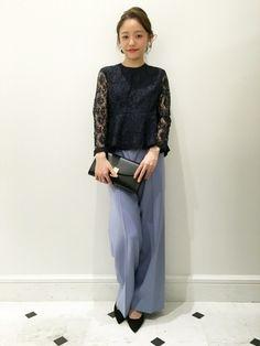黒のレーストップスは大人な印象に。パンツにもスカートにも合わせやすいので便利です。