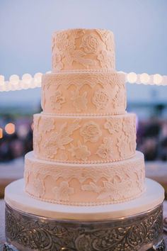 Love this lace-inspired wedding cake! Photo: By the Robinsons
