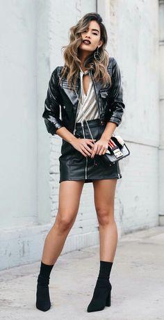 Jill Wallace,Jaqueta de couro envernizada, blusa com decote gota, saia de couro, ankle boot, skinny boot, glove boot, preta