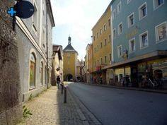 Schloß-Straße:       Diese Straße war früher der Bereich der Handwerker.     Sie trug den Namen Schmidstraße und war der Einfahrtsweg durch das Obere Tor in die Altstadt.     Die niedrige Bebauung und die wesentlich kleineren Häuser sind deutliche Zeichen dafür, dass es sich hier um Handwerkerhäuser handelt.