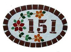 Numero residencial em mosaico, tamanho oval pequeno (30x20). Cliente pode escolher cor da borda e do número. O mosaico é realizado em cima de um piso de ceramica e deverá ser fixado na parede com argamassa. Ou poderá ser feito 2 furos a pedido do cliente para parafusar na parede. R$ 80,00