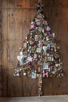 Tijdens de kerstdagen versieren we bijna allemaal ons huis. Maar welke mogelijkheden zijn er? Kies jij alleen voor een boom of ga je voor een totaal versierd huis? En voor welke kleuren kies je? - Originele DIY kerstboom voor aan de muur.