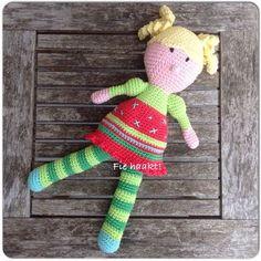 Na Piraat Teun haakte ik popje Saar, wederom een gratis patroon. Ze heeft gele krulstaartjes, die op een neer gaan bij he...