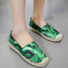 Platform Tropical Print Espadrille Flats Black 38 (125 PLN) ❤ liked on Polyvore featuring shoes, black flats, flat shoes, flat pump shoes, flat pumps and platform espadrilles
