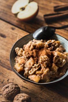 Rezept für ein wärmendes Bratapfel Porridge mit viel Zimt und Honig. Ein Winterfrühstück für die knackig kalten Tage. Fertig in 10 Minuten.