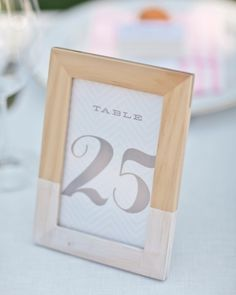 Des numéros de table encadrés dont l'encadrement en bois a partiellement été recouvert de peinture blanche