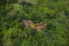 Village près de Maroansetra, Madagascar (15°24'S - 49°36'E).