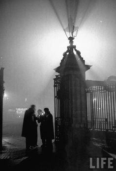 liquidnight:    Tony Linck - A view of a fog-drenched London street, December 1946  [From the LIFE magazine Photo Archive]