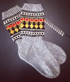 Pohojalaaselle piti teherä helapääsukat. 😆 #villasukat #helapääsukat #helavyö #kirjoneulesukat #neule #neulonta #neuloosi #itetein… Wool Socks, Knitting Socks, Knit Crochet, Crochet Hats, Vintage Wool, Handicraft, Diy Clothes, Arm Warmers, Mittens