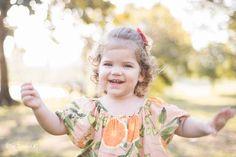 Ensaio infantil da Helena com 2 aninhos, num lindo fim de tarde em Cachoeiro de Itapemirim - ES. Sessão infantil por Aline Tunala, especializada em fotografia infantil e de familia.