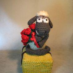 Shaun le mouton assis sur sa botte de paille et son bouquet de rose  Idée cadeau pour la Saint Valentin !! http://www.alittlemarket.com/boutique/mary_land-1006781.html