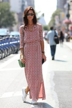 Street Style - New York Fashion Week Spring 2015 - gorgeous long sleeve maxi dress worn with sneakers Nyfw Street Style, Cool Street Fashion, Summer Street Styles, Street Chic, Street Wear, Dress And Sneakers Outfit, Sneakers Mode, White Sneakers, Sneakers Fashion