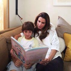 Stars als Leseratten: Königin Rania schmökert mit ihrem Jüngsten von vier Kindern in einem Buch.