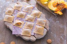 I tortelli di zucca sono una ricetta tradizionale natalizia, tipica di Mantova. Fagottini di pasta all'uovo ripieni di zucca e mostarda mantovana.