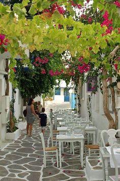 Τραπεζάκια έξω ~ Ταβέρνα στην Πάρο Tavern in an alley of Paros Island Greece Art & Architecture