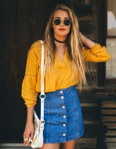 Une blouse jaune avec une jupe en jean