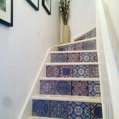 Carreaux de ciment sur escaliers blanc. Ça donne un autre ton