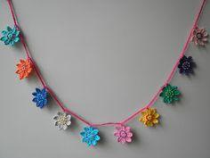 HaakZaken: Patroon bloemen (slingertje) haken Crochet Baby, Knit Crochet, Crochet Garland, Needle And Thread, Crochet Flowers, Crochet Patterns, Crochet Ideas, Crochet Necklace, Diy Crafts