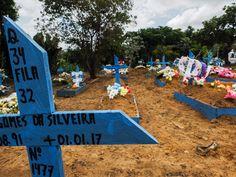 Cemitério do Tarumã, em Manaus, teve que cavar covas extras para os 56  detentos mortos no Complexo Penitenciário Anísio Jobim. | RAPHAEL ALVES/AFP