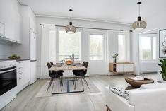 Tummat huonekalut, tekstiilit ja yksityiskohdat luovat kontrastia vaaleapintaiseen kotiin. Myös kylmien ja lämpimien sävyjen sekoittaminen antaa ilmettä asunnolle. Tämä olohuone-ruokailutila löytyy Lahden Jalkarannasta, Honkakatu 11:sta. Kitchen, Table, Furniture, Home Decor, Cooking, Decoration Home, Room Decor, Kitchens, Tables