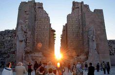 - Nascer do sol no Templo de Karnak durante o solstício de inverno, na cidade egípcia de Luxor. Foto: STR / AFP