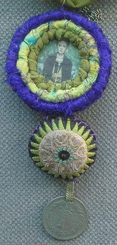 Bijou Mémoire. Collier/Pendentif textile. Hommage à par VeronikB