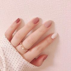 Want some ideas for wedding nail polish designs? This article is a collection of our favorite nail polish designs for your special day. Natural Color Nails, Acrylic Nails Natural, Cute Acrylic Nails, Fun Nails, Natural Nail Art, Natural Nail Designs, Korean Nail Art, Korean Nails, Minimalist Nails