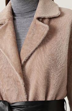 Женская розовая шуба из меха овчины с кожаным поясом DROMe, арт. DPD5456P/D304 купить в ЦУМ | Фото №5