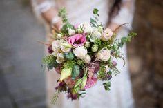 Ramo de novia con lisianthus, rosas silvestres, astrantia y astilbe.
