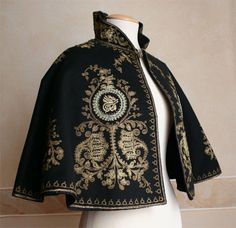 An elegantly embroidered evening cape. Look Fashion, High Fashion, Fashion Design, Fashion Cape, Mode Outfits, Fashion Outfits, Vintage Outfits, Vintage Fashion, Character Outfits