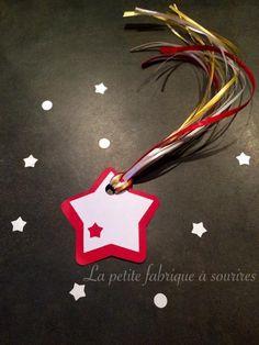 Lot de 6 Etoiles filantes étiquettes cadeaux rouges : Emballages cadeaux par la-petite-fabrique-a-sourires #noel #decorationnoel #cadeau #kdo #emballage #paquet #jolipaquet #aupieddusapin #christmas #rouge #blanc #or #étoile #etoilefilante #noeud #ruban #etiquettecadeau #noeltraditionnel  #creation #creatrice #alm #alittlemarket #lapetitefabriqueasourires