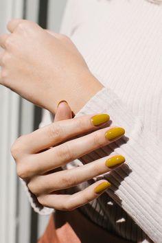 El tener uñas arregladas, aunque suena exagerado, sube el ánimo y nos da otro toque (más ahora que no debemos usar anillos o accesorios para el regreso al trabajo) por ello, te damos ideas de diseños inspirados en la temporada de otoño que se ven muy elegantes para ir a trabajar. AMARILLOJuega con sus diferentes tonos, trata de que no sea un amarillo chillante sino uno otoñal como el color de las hojas. Classy Nails, Stylish Nails, Trendy Nails, Cute Acrylic Nail Designs, Cute Acrylic Nails, Manicure, Gel Nails, 5sos Nails, Coffin Nails