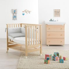 Детская кровать с матрасом Azzurra Contact white    Кроватка Azzurra Contact - уютное место для комфортного сна малыша с рождения и до 3 лет. Благодаря своим компактным размерам (116,5×62,3×95,6 см) она не займет много места даже в небольшой комнате.        1. Регулировка глубины дна    Глубина дна кроватки регулируется в трех положениях, что позволяет по мере роста ребенка увеличить высоту бортов. Пока ребенок маленький и маме приходится часто подходить к кроватке и нагибаться…