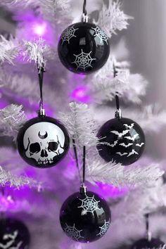 Black Christmas Trees, Elegant Christmas, Beautiful Christmas, Christmas Bulbs, Black Christmas Tree Decorations, Christmas Ornament Crafts, Halloween Christmas, Yule Crafts, Christmas Ideas