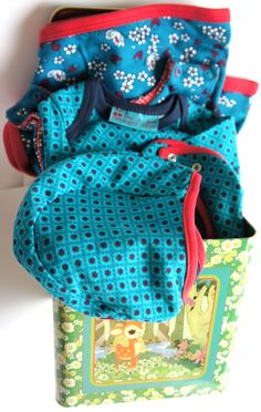 Babycadeau blik Extra Large Blue Froy en Dind  Dit babycadeaupakket van het merk Froy en Dind bestaat uit:    - een rompertje   - een slabbetje  - een mutsje  - een omslagdoek  - een slaapzak   - een retro cadeaublik met hertje      Deze combinatie is door ons zorgvuldig voor u geselecteerd. De retro babykleding is mooi afgewerkt en gemaakt van 100% organisch heerlijk zachte katoen. Een origineel kraamcadeau!