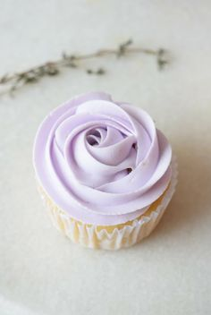 Lavender Cupcakes with Fluffy Lavender Frosting | carmelapop.com