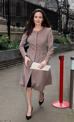 Humanitarian work: Angelina accepted the new role of professor in practice for Women, Peac. Angelina Jolie Pictures, Brad And Angelina, Angelina Jolie Photos, Jolie Pitt, Angilina Jolie, Look Boho, Hollywood Celebrities, Elegant Woman, Girl Crushes