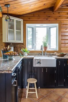 White kitchen wall cabinet white kitchen wall cabinets the curse of orange knotty pine walls best Knotty Pine Cabinets, Knotty Pine Kitchen, Knotty Pine Walls, Knotty Pine Paneling, Cabin Homes, Log Homes, Knotty Pine Decor, Log Cabin Kitchens, Kitchen Wall Cabinets