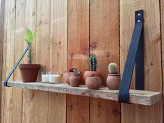 Schap gemaakt van douglas hout en leren riem