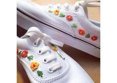 Tenis con detalles florales bordados a mano. Se hacen sobre pedido y tardan aproximadamente una semana. Marca de Tenis: VANS Especificar Talla y gama de colores de las flores (por ejemplo si eliges azul, predominará ese color en las flores, como en los tenis de la imagen). Para mayores detalles escribir a: triquesonline@gmail.com Mexican Embroidery, Diy Embroidery, Embroidery Stitches, Embroidery Designs, Vans Rainbow, Converse All Star, Learning To Embroider, Beaded Banners, Creative Shoes