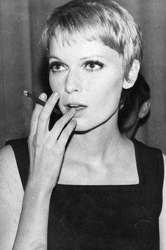 Retro-Kurzhaarfrisur in Form des Ur-Pixies, ders perfekten Haarschnitts von Mia farrow, hier auf einem Bild von 1968. Dieser Kurzhaarschnitt ist auch knapp 50 Jahre späzter immernoch toll!Mehr Retro-Frisuren hier