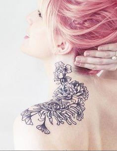 Idée tatouage : une épaule fleurie