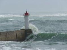 Le phare du Raoulic frappé par une lame. Entrée d'Audierne.