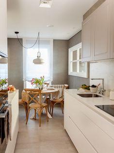 """Este proyecto es un claro ejemplo de la expresión """"a medida"""". En el salón, la mesa, las tapicerías y los apliques están diseñados con las mismas tonalidades. La librería es una mezcla de mueble de carpintería y de obra que se adapta perfectamente a gustos y funcionalidad de los propietarios. Decoración interiorismo en Vizcaya. Kitchen Interior, Kitchen Design, Kitchen Decor, Sweet Home, New Homes, House Design, Table, Furniture, Home Decor"""