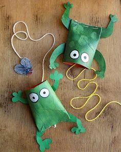 Autre activité ludique à faire avec son enfant, le DIY spécial jeux. L'exemple avec cette petite grenouille qui gobe des mouches de papier, réalisée à partir d'un rouleau en carton et un fil de couture.